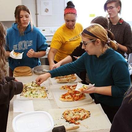 students learn to make pizza